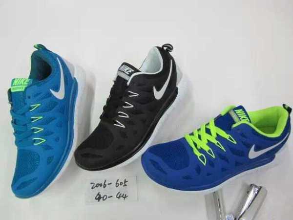 一般的耐克和阿迪的足球鞋要多少钱