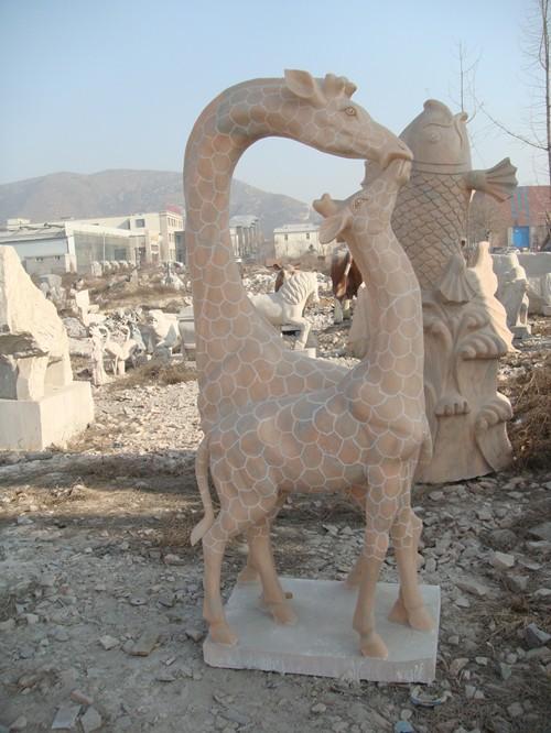 建宾石雕供应晚霞红石雕母子长颈鹿园林摆件