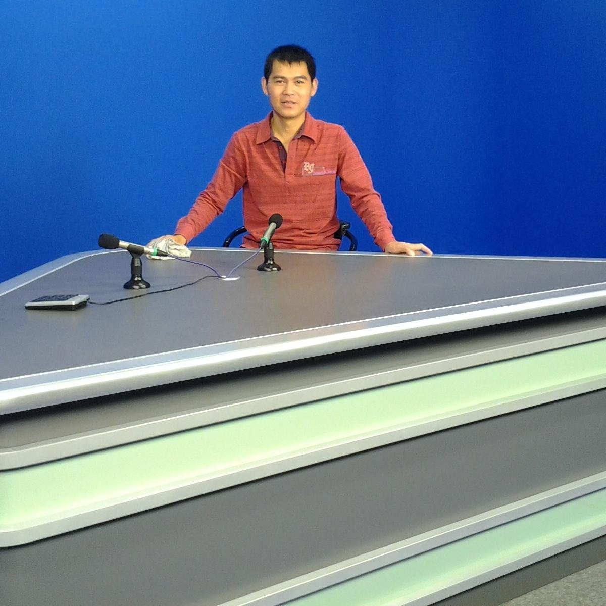 耀诺演播室播音桌访谈桌新闻采访广播桌可定制 质量好