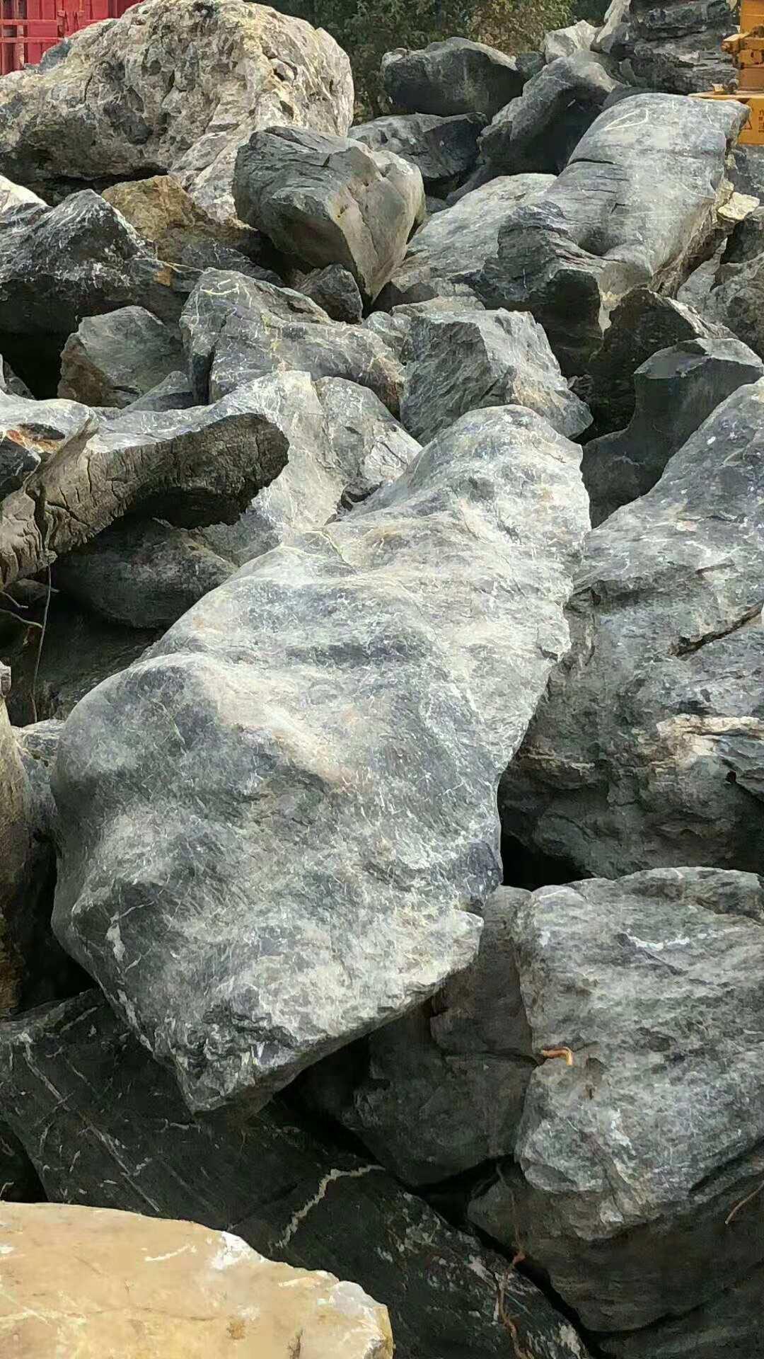 广东草坪点缀黑色太湖石